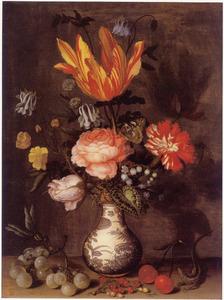 Bloemen in een Wanli porseleinen vaas, omgeven door vruchten en een hagedis