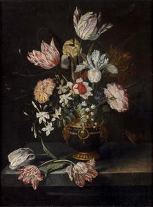 Bloemen in een geornamenteerde vaas