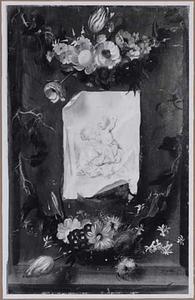 Prent of tekening van Maria met Kind, tussen guirlandes van bloemen