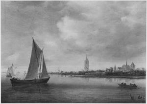 Riviergezicht met zeilboot en kerktorenop de rechteroever