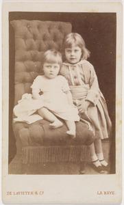 Portret van Petronella Sara Maria Dulcis barones de Constant Rebecque (1870-1951) en een jonger kind, waarschijnlijk Victor Carel Henri Jan de Constant Rebecque (1874-1952)