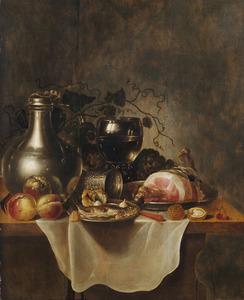 Stilleven met vlees, vis, fruit, een tinnen kan en andere objecten