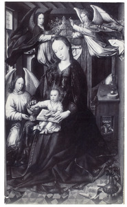 Maria met kind in een interieur, gekroond door engelen