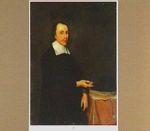 Portret van een man links van een tafel