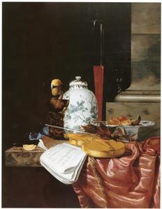 Stilleven met dekselpot, walnoten, lauwerkrans en drinkglazen, viool, blokfluit en muziek op een zijden kleed
