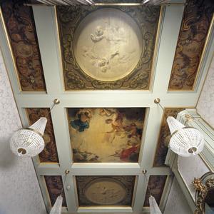 Negendelig cassettenplafond met ornamentstukken, grisailles en godenhemel