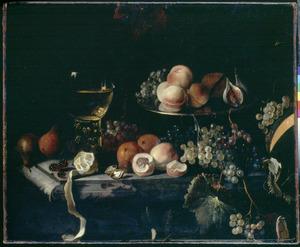 Stilleven van vruchten en een roemer op een marmeren blad