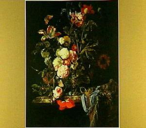 Vaas met bloemen op een marmeren rand