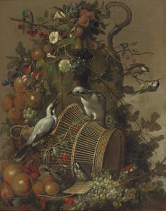 Stilleven met vruchten en bloemen rond een vaas, met vogels en een vlinder