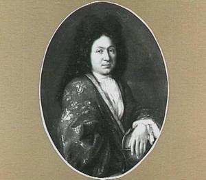 Portret van een man in kamerjas, met zijn hand op een globe