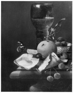 Stilleven met vruchten, oester, vlinder, roemer en een puntzakje van het blad van een almanak