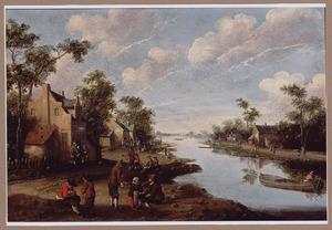Rivierlandschap met figuren bij een herberg, op het water een visser in een roeiboot
