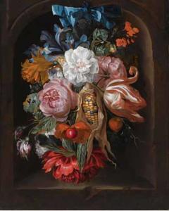 Festoen van bloemen en een maiskolf in een stenen nis met een blauwe strik