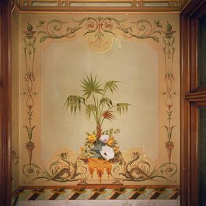 Wandschildering met ornamenten en een bloemstilleven