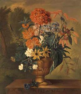 SEPTEMBER-Bloemstilleven in een vaas, versierd met een leeuwenmasker, op een marmeren piëdestal, voor een landschap