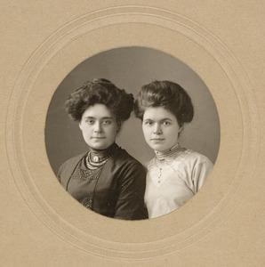 Portret van Jkvr. Jeanne Hubertine Bowier (1883-1969) en Jkvr. Constance Theodora Antonia Wilhelmina Bowier (1888-1957)