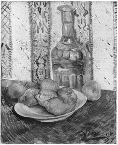 Stilleven: karaf met citroenen op een bord