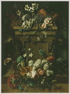 Bloemen op en rondom een stenen sokkel