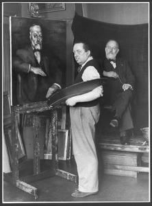 Toon Kelder, schilderend aan het portret van Dr. J. Kalf, met het model