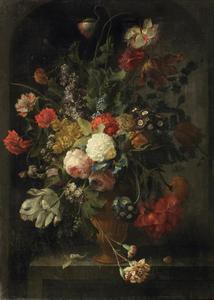 Bloemen in een vaas op een stenen plint met een insectenpop en een slak