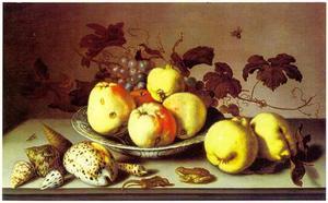 Vruchten in een Wan Li-kom, schelpen, kweeperen, een kikker en een hagedis op een stenen tafel