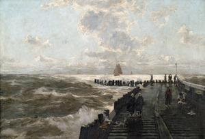 Op een pier bij ruwe zee onder een zwaarbewolkte hemel