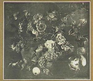 Stilleven van vruchten, bloemen en patrijs bij een vogelkooi