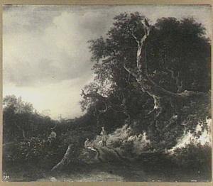 Twee reizigers in gesprek bij een bosrand