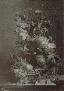 Bloemen in een vaas en een mand met vruchten op een balustrade