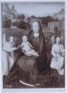Tronende Madonna met christuskind en twee engelen voor een rozenhaag