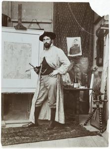 Jan Sluijters (1881-1957) in zijn atelier met op de achterkant rechts het schilderij 'De vergankelijkheid'
