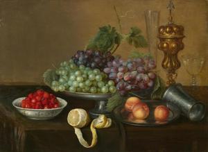 Vruhtenstilleven met druiven, aardbeien, perziken en citroen op een tafel