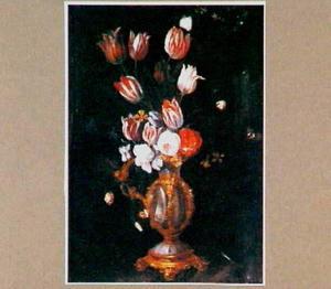 Bloemstilleven met tulpen in een vaas, gemaakt van een nautilusschelp in een vergulde vatting
