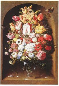 Bloemen in een glazen vaas in een nis