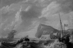 Wilde zee met schepen voor de kust van Gibraltar