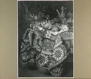 Stilleven van vruchten en siervaatwerk met daarbij een eekhoorn, op een met een oosters kleed bedekte tafel