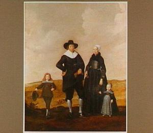 Portret van een echtpaar met twee kinderen staand in een landschap