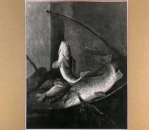 Stilleven met riviervis en visgerei.