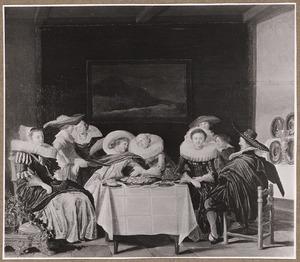 Elegant drinkend gezelschap aan tafel in een interieur