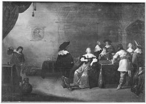 Elegant converserend, drinkend en triktrakkend gezelschap in een interieur