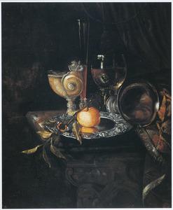 Stilleven met siervaatwerk, sinaasappel en gedrapeerd kleed op een marmeren tafelblad