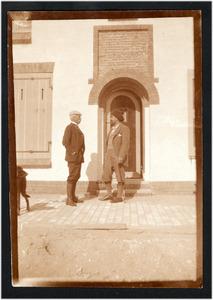 Jan Toorop met Storm (van 's-Gravensande?) en een hond voor zijn huis in Katwijk, september 1899