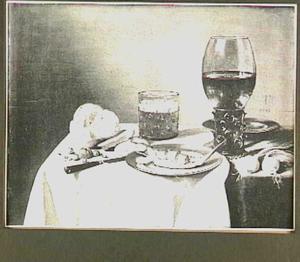 Stilleven met bokking, roemer, bier, uien, mes en noten