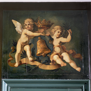 Het wapen van Franeker geflankeerd door twee putti
