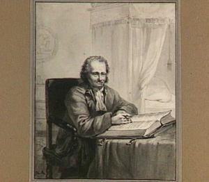 Zittende man met opengeslagen boek in interieur