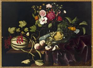 Vruchten in en om een Wan-li porseleinen schaal met een vaas bloemen op een deels met een kleed bedekte tafel