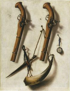 Trompe l'oeil met twee pistolen, kruithoorn, dolk en horloge bevestigd tegen een muur
