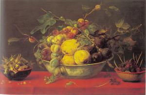Vruchtenstilleven met een porselein schaal op een tafel