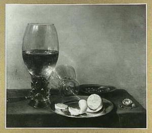 Stilleven met grote roemer, een citroen op bord, mes en walnoot