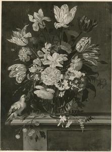 Bloemen in een glazen vaas, met kersen en een papegaai, op een stenen balustrade